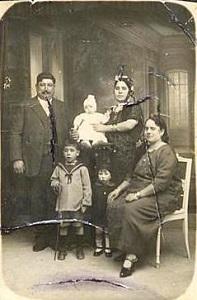1.famille_de_ma_avec_les_enfants_300px_vertic.jpg